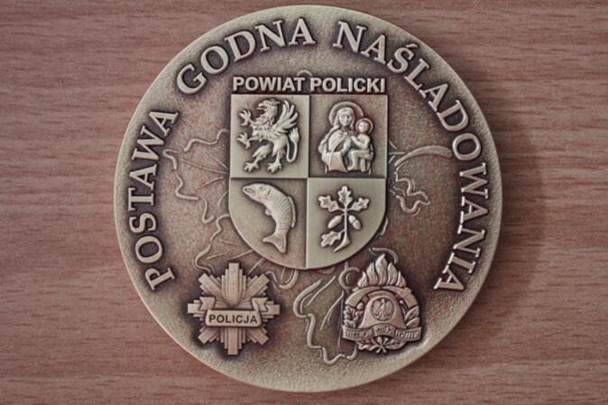 Zdjęcie przedstawia rewers medalu Postawy Godnej Naśladowania
