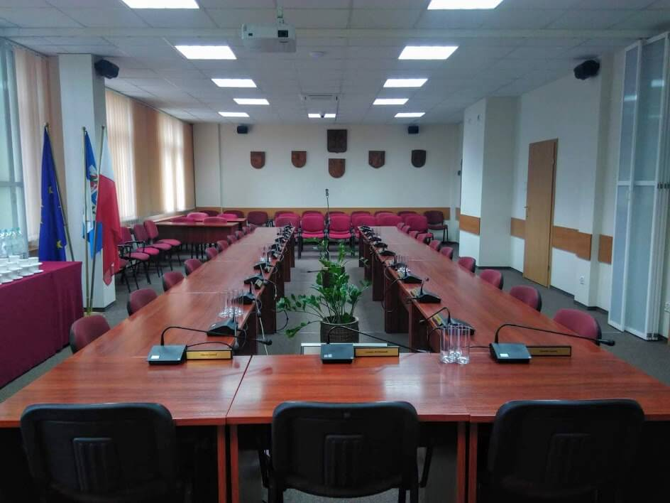 Na zdjęciu znajduje się pusta sala sesyjna Starostwa Powiatowego w Policach
