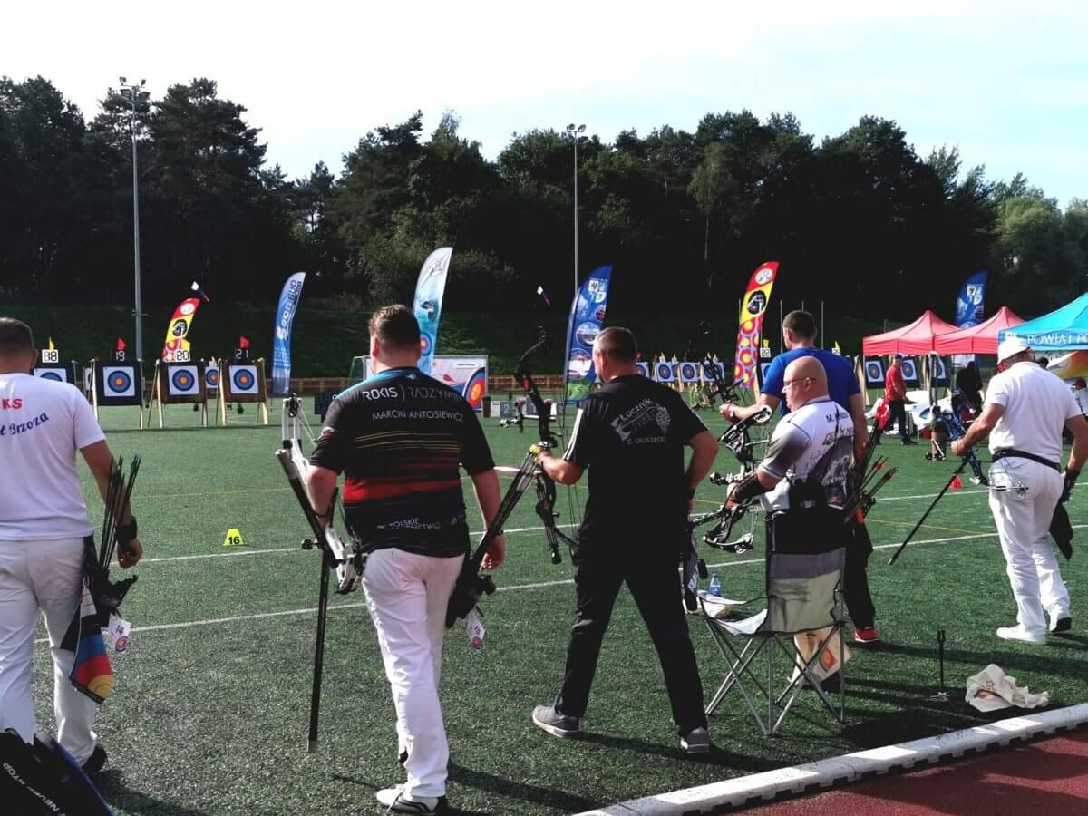Na zdjęciu znajdują się łucznicy biorący udział w zawodach.