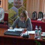 Zdjęcie przedstawia Teresę Kalinowską Skarbnik Powiatu biorącą udział w obradach