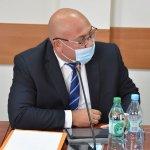Zdjęcie przedstawia Dariusza Podhajnego Radnego Powiatu Polickiego biorącego udział w obradach