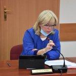 Zdjęcie przedstawia Anetę Rejczyk-Matysiak Radną Powiatu Polickiego biorącą udział w obradach