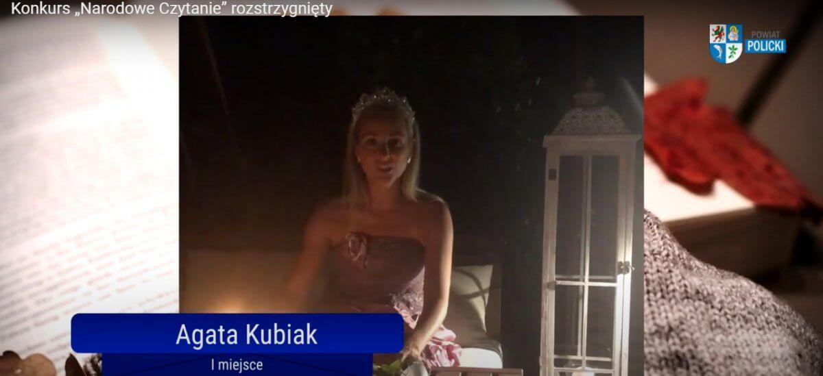 """Kadr z filmu przedstawiającego zwycięzców powiatowego konkursu """"Narodowe Czytanie"""""""