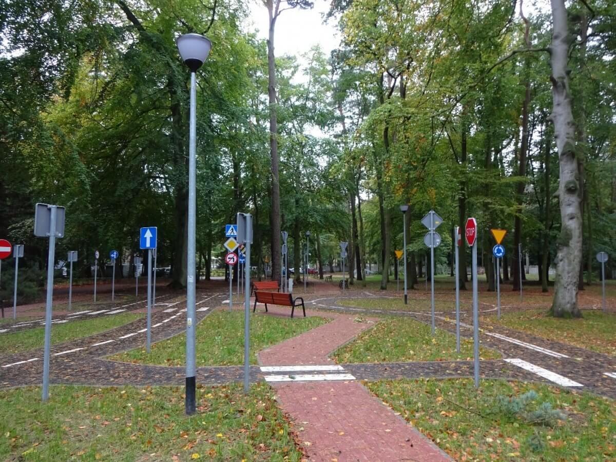 Obraz przedstawia miasteczko ruchu drogowego na terenie SOSW nr 1 w Policach