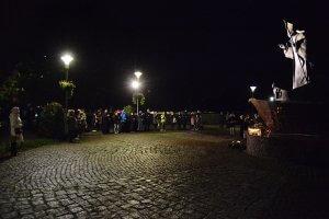 Na zdjęciu znajdują się uczestnicy uroczystości pod figurą św. Jana Pawła II