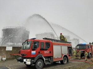Strażacy podczas wykonywania ćwiczeń strażackich