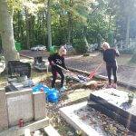 Wolontariusze porządkują opuszczone groby