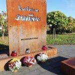 Pomnik Ludziom Solidarności w Policach przyozdobiony chryzantemami