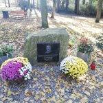 Kamienie pamięci w Parku Solidarności w Policach przyozdobione chryzantemami