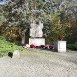 Pomnik Ofiar Faszyzmu 1939-1945 w Trzeszczynie przyozdobiony chryzantemami