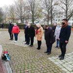 Delegacja władz samorządowych składa kwiaty pod figurą św. Jana Pawła II w Policach