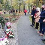 Delegacja władz samorządowych składa kwiaty pod obeliskiem pamięci w Parku Solidarności w Policach