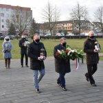 Burmistrz Polic Władysław Diakun z przedstawicielami związków zawodowych składają kwiaty pod pomnikiem Ludziom Solidarności w Policach