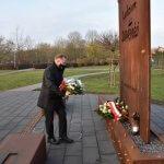 Starosta Policki Andrzej Bednarek składa kwiaty pod pomnikiem Ludziom Solidarności w Policach