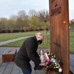 Wiceprzewodniczący Rady Powiaty w Policach Janusz Szwyd składają kwiaty pod pomnikiem Ludziom Solidarności w Policach