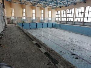 Budynek pływalni w Policach w trakcie przebudowy