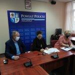 Wicestarosta Policki Joanna Napiwodzka, Członek Zarządu Powiatu w Policach Beata Chmielewska i przedstawiciel firmy STRABAG sp. z o. o. podpisują umowę