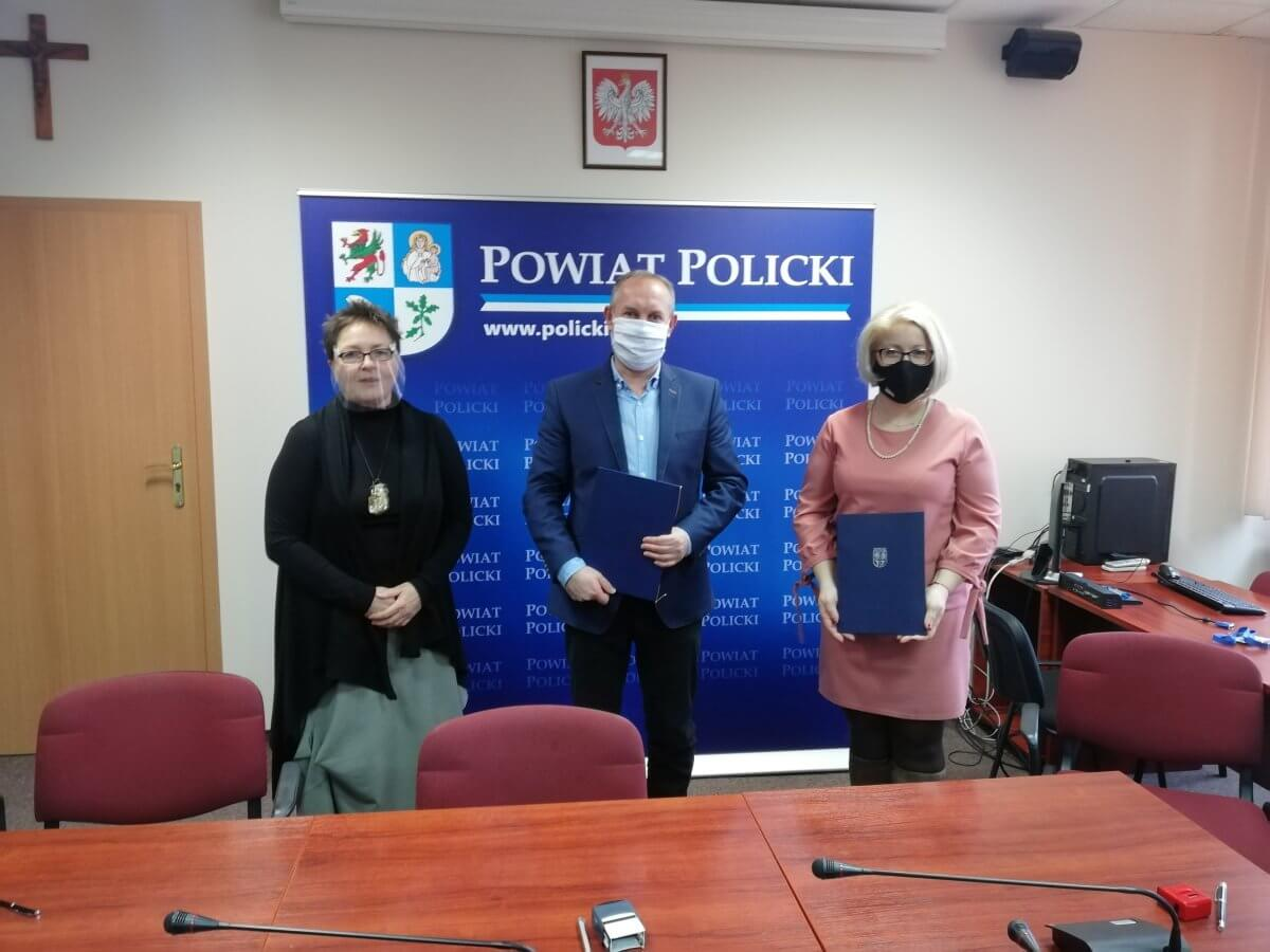 Wicestarosta Policki Joanna Napiwodzka, Członek Zarządu Powiatu w Policach Beata Chmielewska i przedstawiciel firmy STRABAG sp. z o. o. po podpisaniu umowy