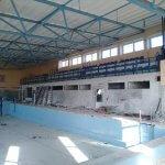 trybuny na basenie pływalni