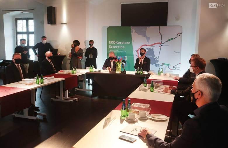 """Samorządowcy podczas konferencji dotyczącej budowy """"Ekokorytarza"""""""