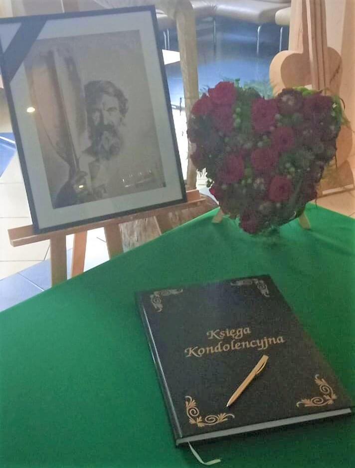 Księga kondolencyjna śp. Aleksandra Doby z ustawioną obok fotografią pamiątkową