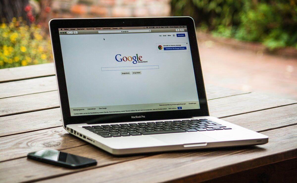 Komputer z otwartą przeglądarką internetową