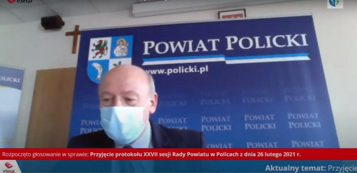 Przewodniczący Rady Powiatu w Policach Cezary Arciszewski podczas sesji Rady Powiatu w Policach