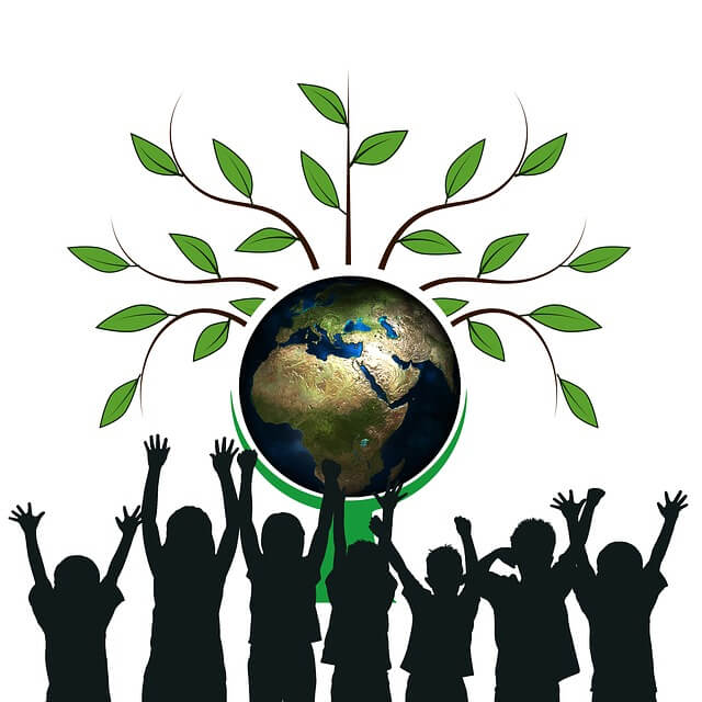 U góry grafika drzewa z kulą ziemską, a na dole postacie ludzi stojących plecami, trzymający ręce do góry