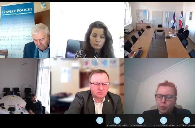 Videokonferencja w tle uczestnicy spotkania.