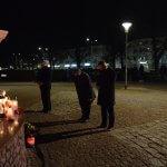 Burmistrz Polic Władysław Diakun, Zastępca Burmistrza Polic Maciej Greinert oraz Przewodniczący Rady Miejskiej w Policach Andrzej Rogowski składają kwiaty i znicze pod figurą św. Jana Pawła II