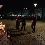 Przewodniczący Rady Powiatu w Policach Cezary Arciszewski, Członek Zarządu Powiatu w Policach Beata Chmielewska oraz Prezes Transnet S.A. Adam Pacholik składają kwiaty i znicze pod figurą św. Jana Pawła II