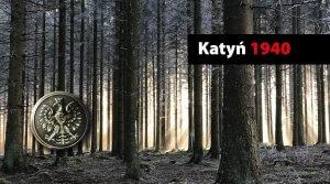 Dolny lewy róg moneta z wizurenkiem Orła, w górnym prawym rogu, na czarnym pasku napis białym kolorem Katyń a czerwonym kolorem 1940, całość grafiki stanowi tło lasu