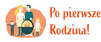 Logotyp konkursu Po pierwsze Rodzina, przedstawiający rodzinę: kobieta i mężczyzna trzymający razem rączkę od wózka z najmłodszym dzieckiem oraz po bokach z lewej strony mały chłopiec z rączką w górze, a po prawej starsza dziewczynka
