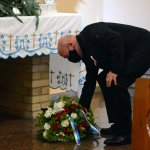 Przewodniczący Rady Powiatu w Policach Cezary Arciszewski składa kwiaty