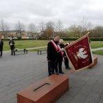 Przedstawiciele związków zawodowych przy pomniku Ludziom Solidarności