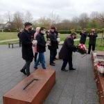 Delegacja Gminy Police składa kwiaty i znicze pod pomnikiem Ludziom Solidarności