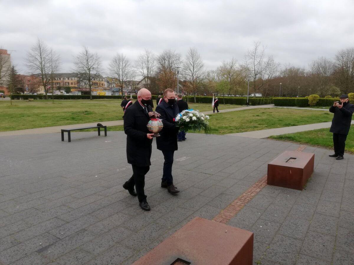 Starosta Policki Andrzej Bednarek i Przewodniczący Rady Powiatu w Policach składają kwiaty i znicze pod pomnikiem Ludziom Solidarności w Policach