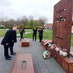Starosta Policki Andrzej Bednarek i Przewodniczący Rady Powiatu w Policach Cezary Arciszewski składają kwiaty i znicze pod pomnikiem Ludziom Solidarności w Policach
