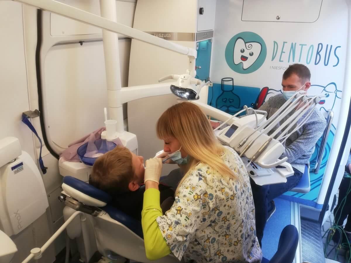 Badanie profilaktyczne uzębienia w mobilnym gabinecie stomatologicznym