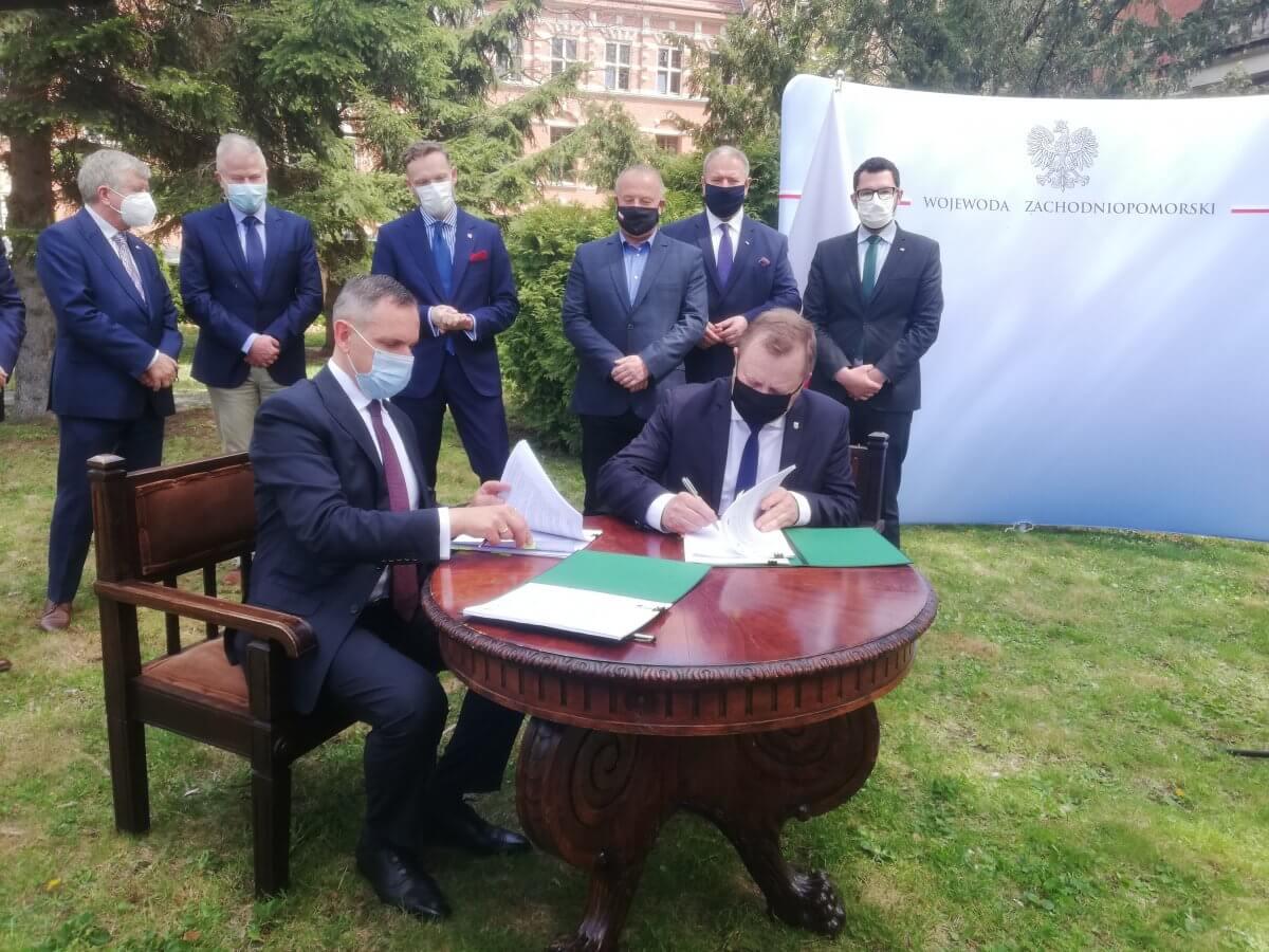 Podpisanie umowy na usunięcie nielegalnie składowanych odpadów przy ul. Kamiennej w Policach