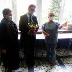 Przedstawiciele samorządu powiatowego i SPSK nr 1 w Szczecinie składają życzenia i przekazują kwiaty
