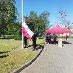 Podniesienie flagi państwowej podczas obchodów Dnia Strażaka
