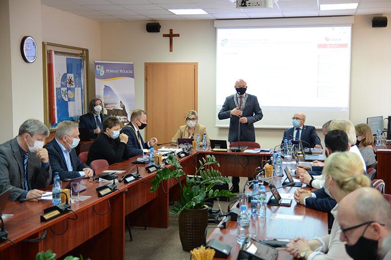 Radni podczas XXX sesji Rady Powiatu w Policach