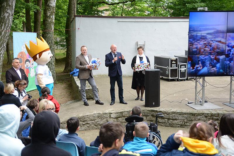 Przedstawiciele Powiatu Polickiego na scenie w SOSW nr 1 w Policach