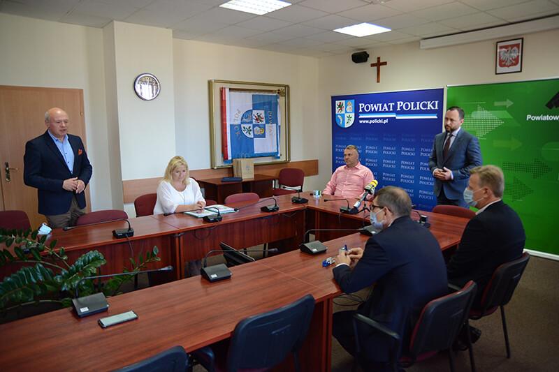 Uczestnicy spotkania przy podpisaniu umów na dofinasowanie stanowiska pracy