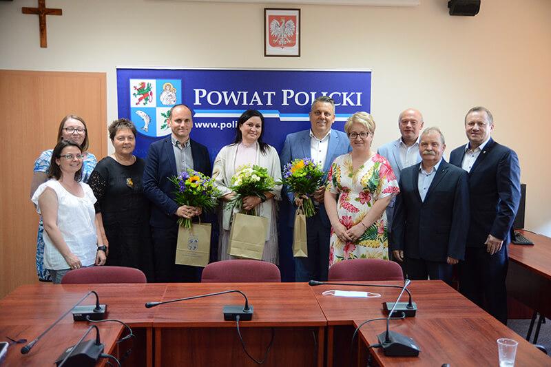 Dyrektorzy placówek oświatowych z Zarządem Powiatu w Policach przy wspólnym zdjęciu