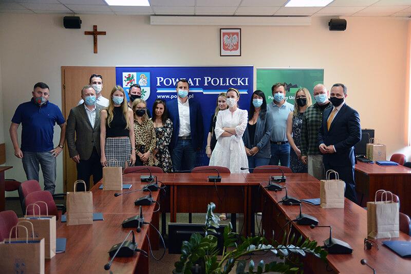 Nowi przedsiębiorcy, Starosta Policki i Dyrektor Powiatowego Urzędu Pracy w Policach na wspólnym zdjęciu