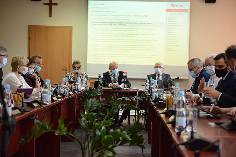 Radni Rady Powiatu w Policach podczas XXXI sesji Rady Powiatu w Policach