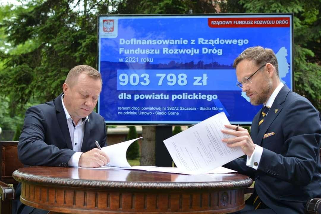 Starosta Policki Andrzej Bednarek i Wojewoda Zachodniopomorski Zbigniew Bogucki podpisują umowę