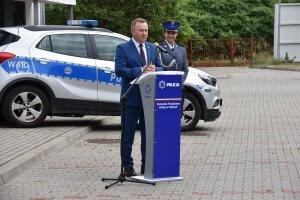 Starosta Policki Andrzej Bednarek przemawiający na święcie policji